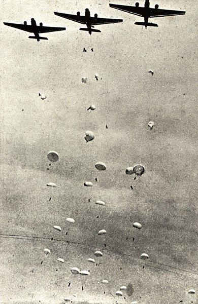 [BK] Multi Crète 41 - le 20 mai 1941/2011 Crete_ju52s_droppingparas
